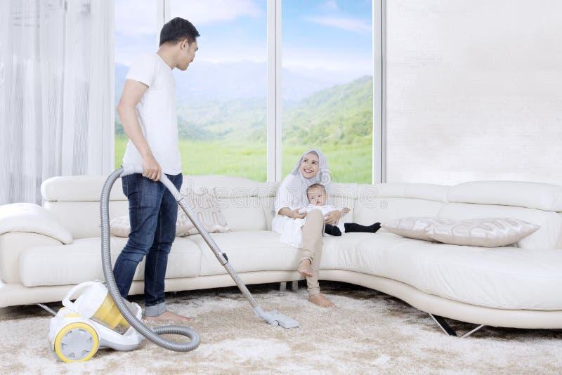 Junger Vaterreinigungsteppich zu Hause lizenzfreie stockbilder
