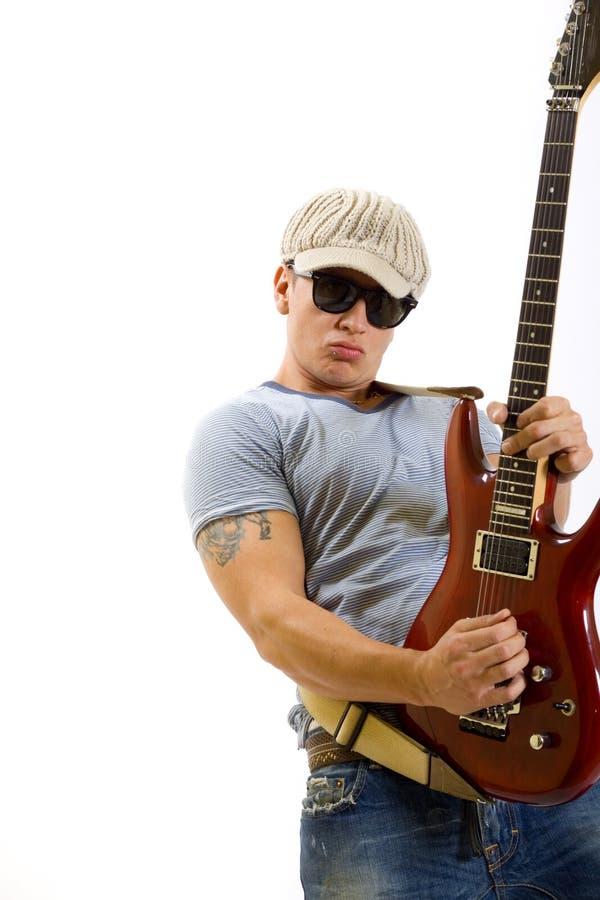 Junger verrückter Kerl, der elektrische Gitarre spielt stockfotos