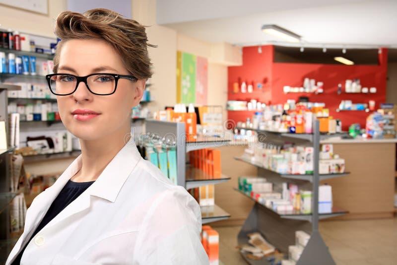 Junger weiblicher Apotheker stockbild