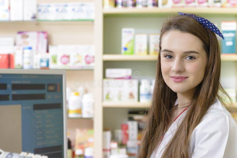 Junger weiblicher Apotheker stockfotos