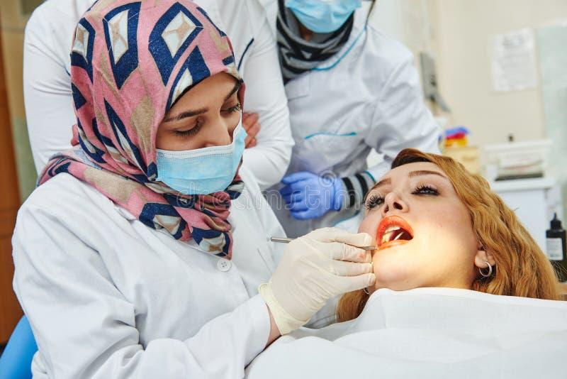 Junger weiblicher asiatischer Zahnarztdoktor stockbild