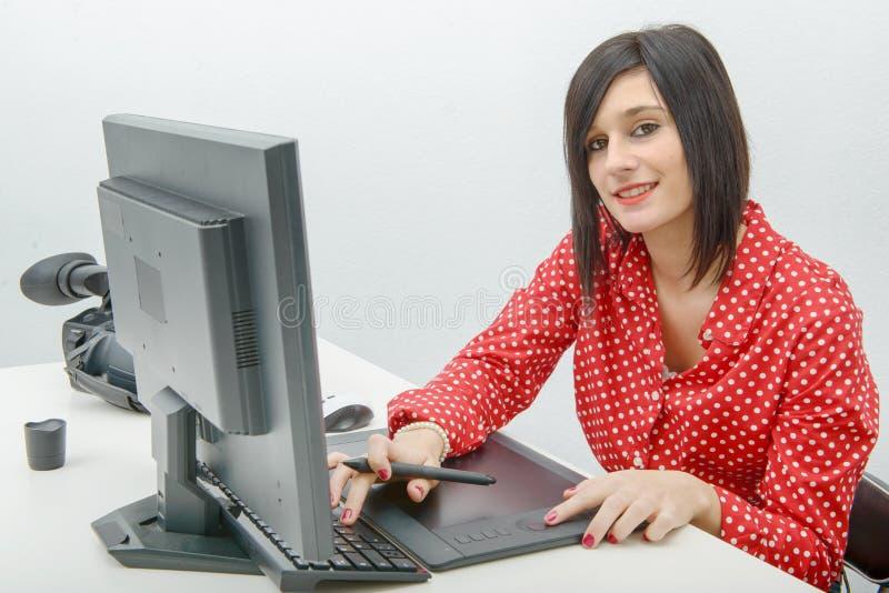 Junger weiblicher Designer, der Grafiktablette beim Arbeiten mit c verwendet stockbild