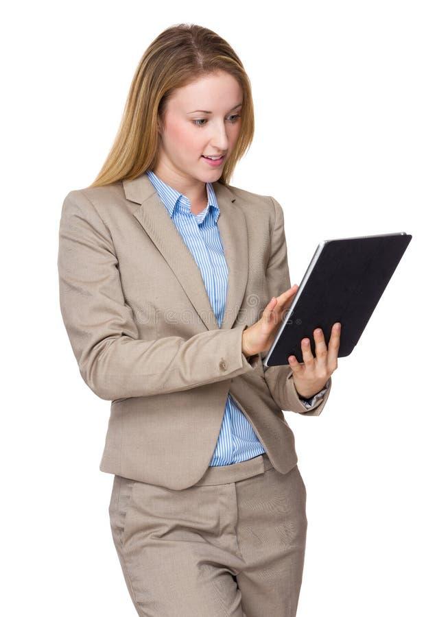 Junger weiblicher Fachmann, der ihren Tabletten-PC betreibt lizenzfreie stockbilder