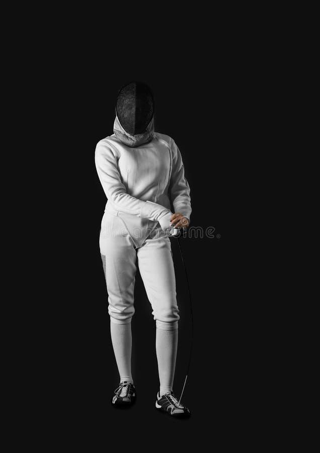 Junger weiblicher Fechter auf dunklem Hintergrund lizenzfreies stockbild