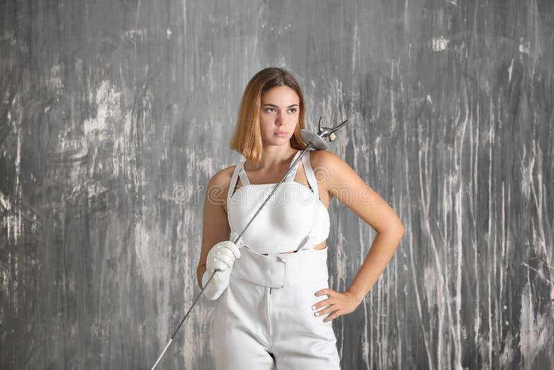 Junger weiblicher Fechter nahe Schmutzwand lizenzfreies stockfoto