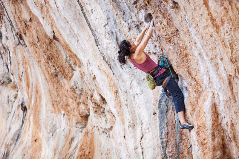 Junger weiblicher Felsenbergsteiger lizenzfreie stockfotos