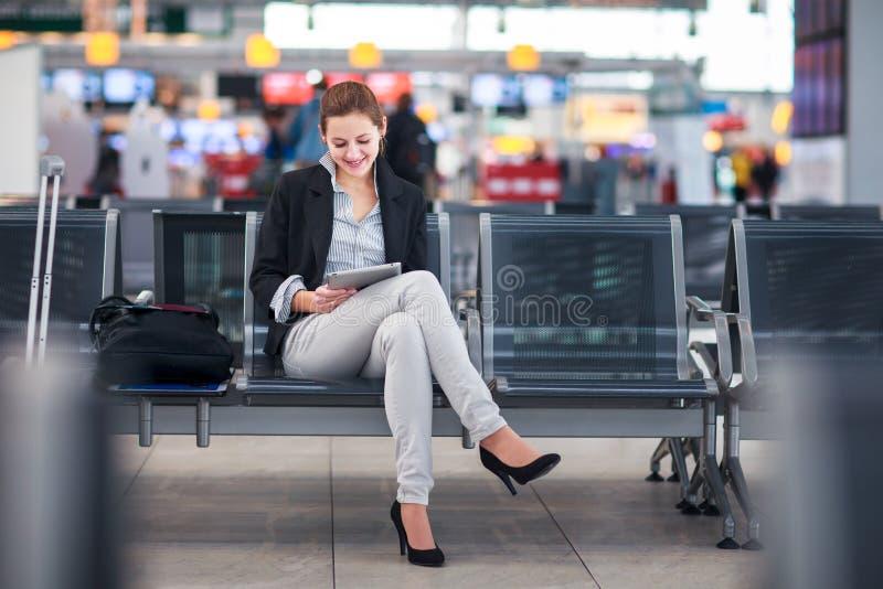Junger weiblicher Fluggast am Flughafen stockfotografie