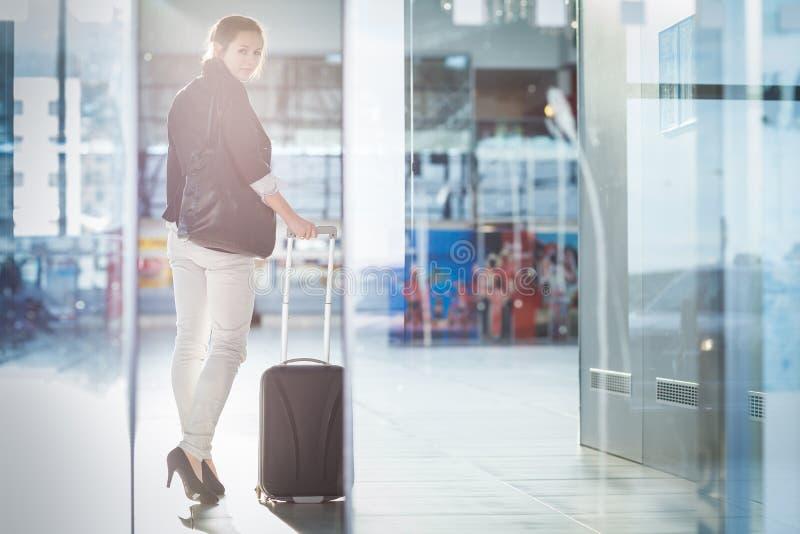 Junger weiblicher Fluggast am Flughafen lizenzfreie stockfotos
