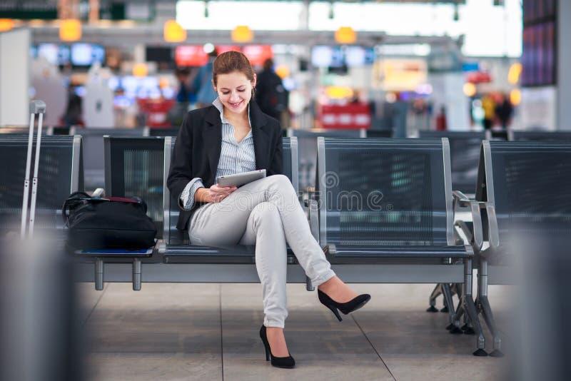 Junger weiblicher Fluggast am Flughafen stockfotos