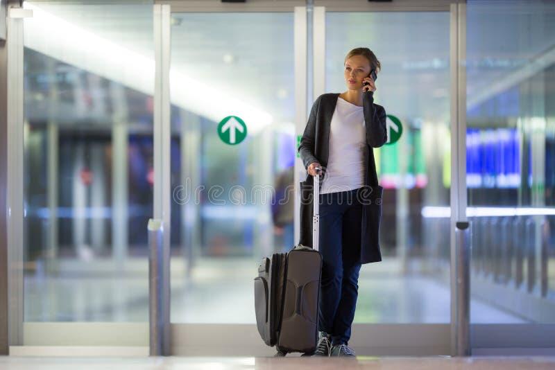 Junger weiblicher Fluggast am Flughafen lizenzfreie stockfotografie