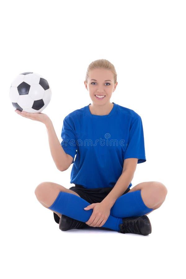 Junger weiblicher Fußballspieler in der blauen Uniform, die mit Ball-ISO sitzt stockfotografie