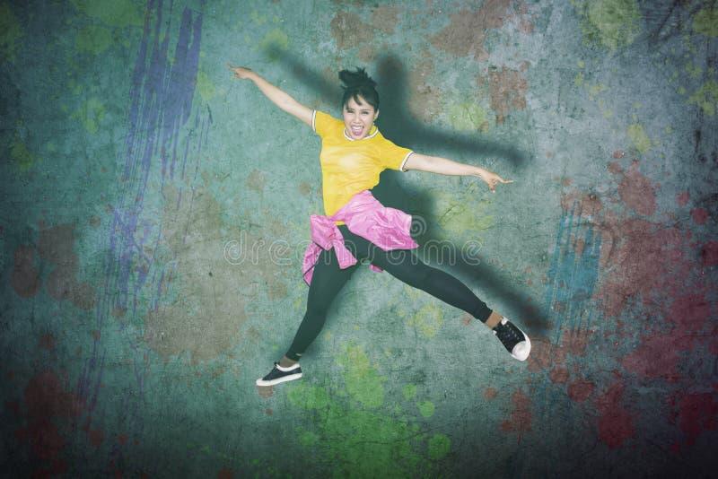 Junger weiblicher Hip-Hop-Tänzer, der in Studio springt lizenzfreie stockbilder