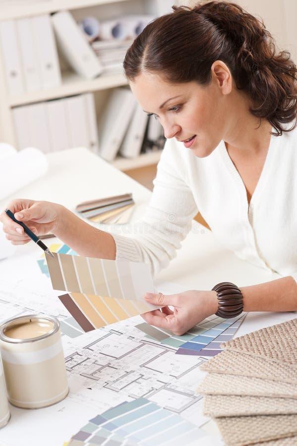 Junger weiblicher Innenarchitekt, der im Büro arbeitet stockbilder
