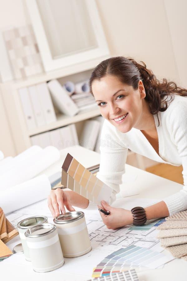 Junger weiblicher Innenarchitekt im Büro stockbild