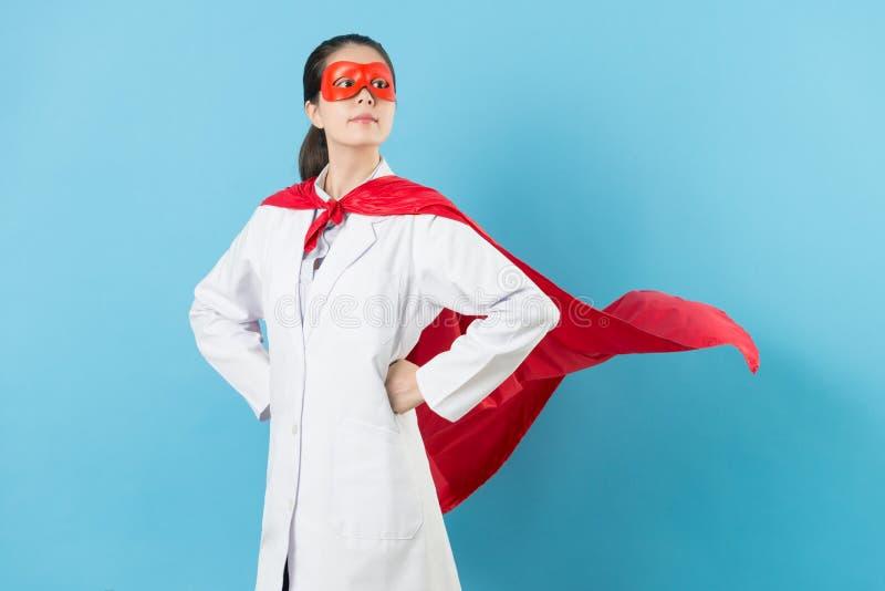 Junger weiblicher Krebsdoktor mit Superheldkleidung lizenzfreie stockbilder