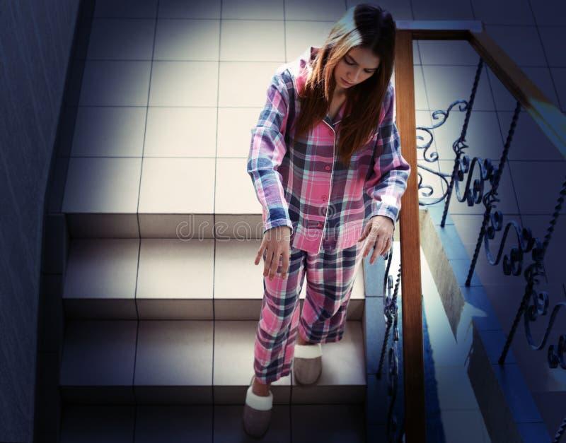Junger weiblicher Noctambulist, der hinunter Treppe geht stockbilder