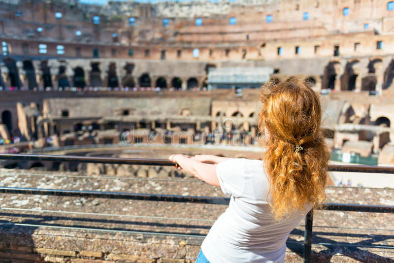 Junger weiblicher Rothaarigetourist innerhalb des Colosseum in Rom stockfoto