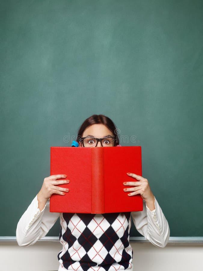 Junger weiblicher Sonderling, der Buch hält lizenzfreie stockbilder