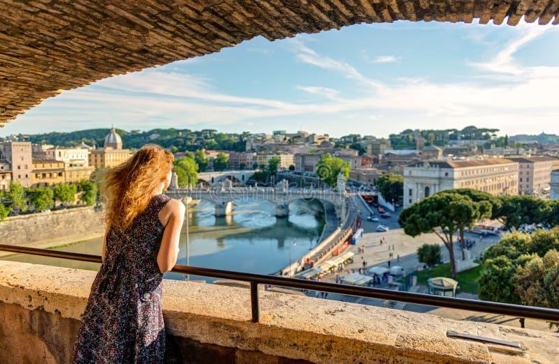 Junger weiblicher Tourist, der die Ansicht von Rom bewundert lizenzfreie stockfotos