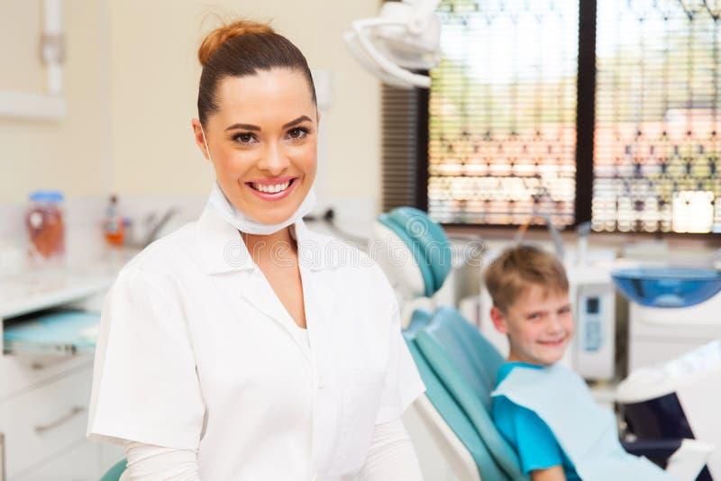 Junger weiblicher Zahnarztpatient stockbild