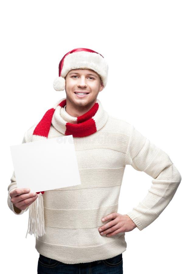 Junger zufälliger Mann in hoding Weihnachten Sankt-Hutes lizenzfreie stockfotos