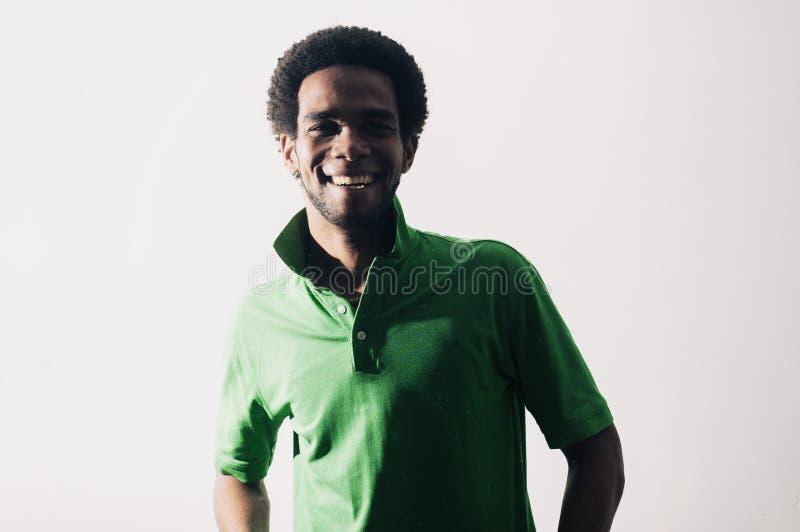 Junges afrikanisches hispanisches Mannlächeln lizenzfreie stockfotos