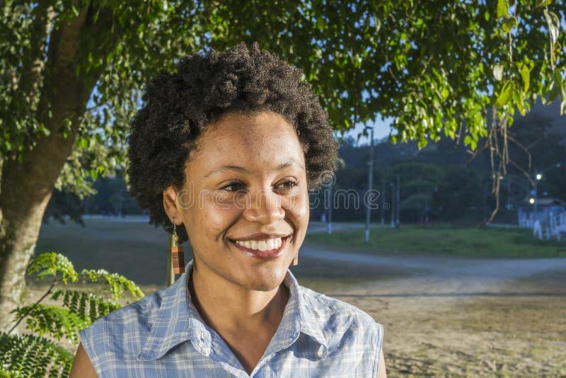 Junges afro-amerikanisches oder brasilianisches Frauenlächeln stockfotografie