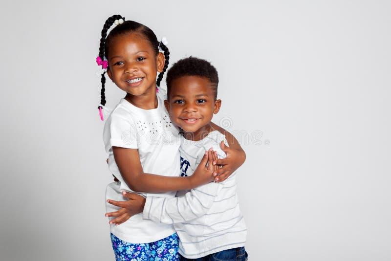 Junges Afroamerikaner-Geschwister-Umarmen stockfotografie