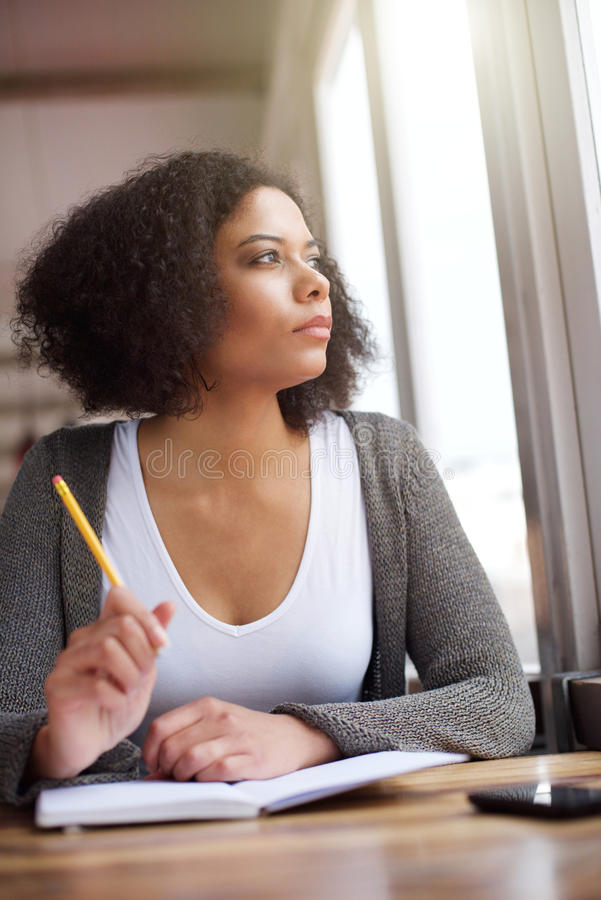 Junges Afroamerikanerfrauendenken lizenzfreie stockbilder