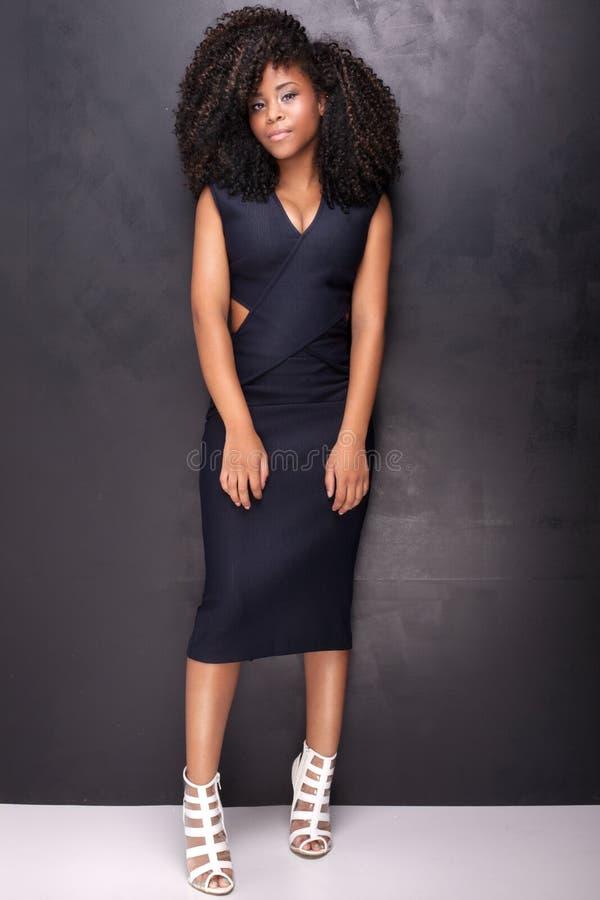 Junges Afroamerikanermädchen, das im Studio aufwirft stockfoto