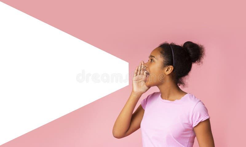 Junges Afroamerikanermädchensprechen laut beiseite am Kopienraum stockbild
