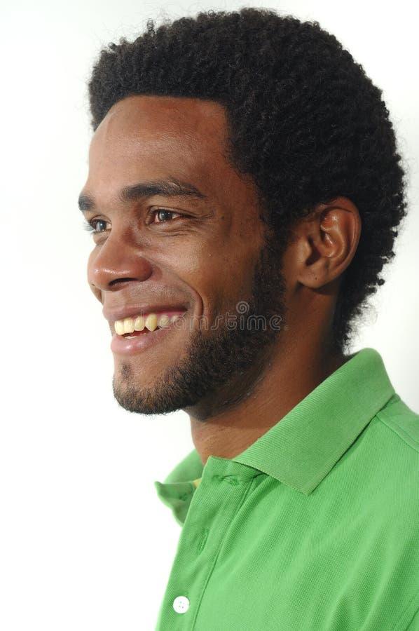 Junges Afroamerikanermannlächeln stockfotos