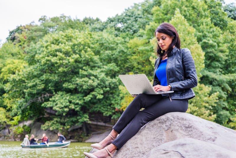 Junges Amerikanerinreisen, arbeitend in New York stockfotos