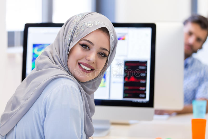 Junges arabisches Geschäftsfrau tragendes hijab, arbeitend in ihrem Start stockfoto
