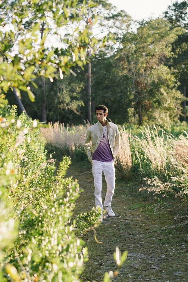 Junges arabisches jugendlich vorbildliches Posing in der Natur am Park lizenzfreies stockfoto