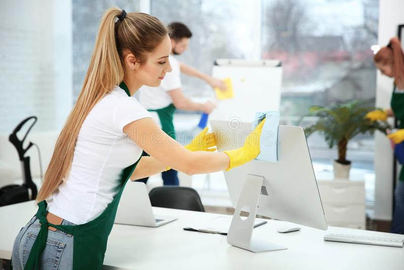 Junges Arbeitnehmerinreinigungsbüro lizenzfreies stockbild