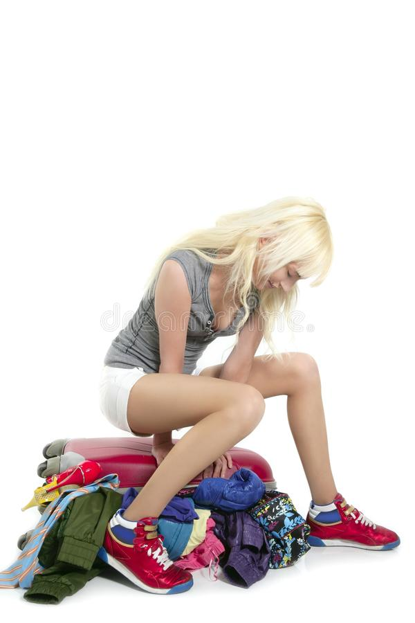 Junges Art und Weisereisenmädchen, das volle Kleidung schließt lizenzfreie stockfotografie