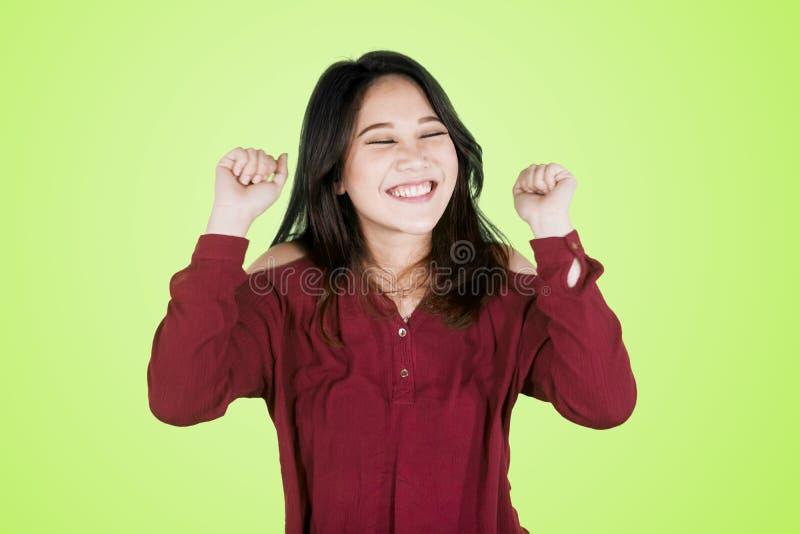Junges Asiatinausdrücken glücklich auf Studio lizenzfreies stockbild