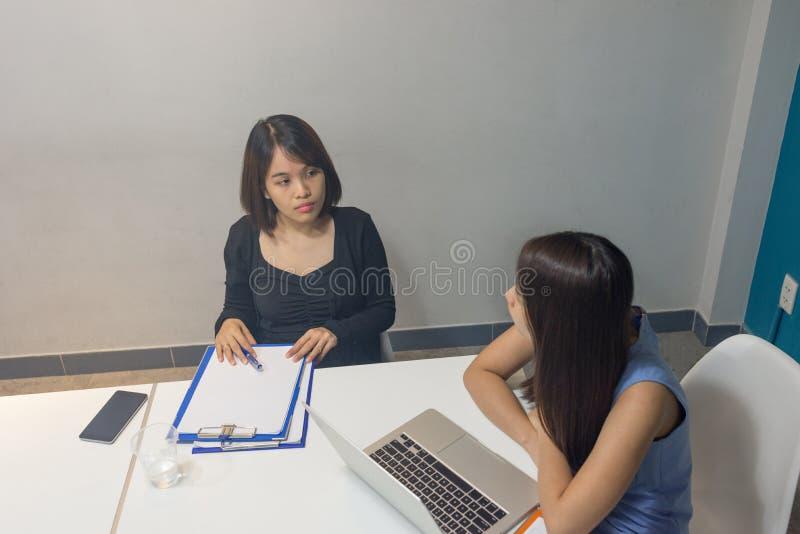 Junges asiatisches Büroteam über Geschäft im Büro sich besprechen stockfoto
