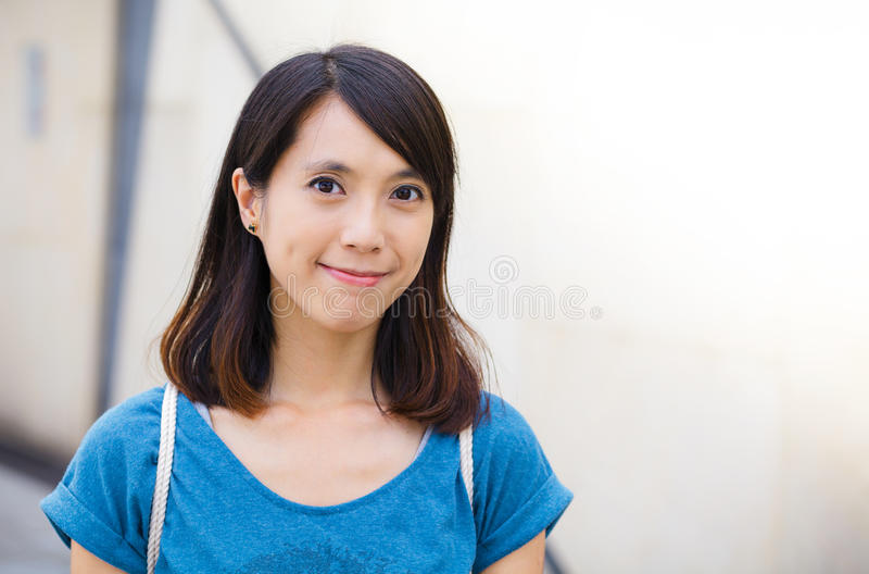 Junges asiatisches Frauenlächeln lizenzfreie stockbilder