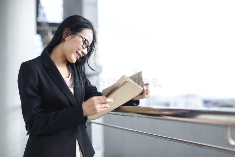 Junges asiatisches Geschäftsfrau-Abnutzungsanzugs-Holdingdateidokument stockfoto