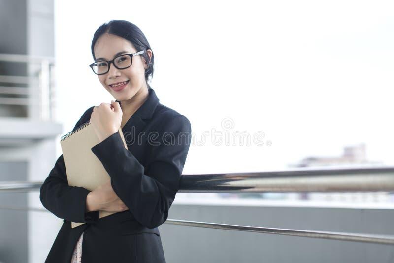 Junges asiatisches Geschäftsfrau-Abnutzungsanzugs-Holdingdateidokument lizenzfreies stockfoto