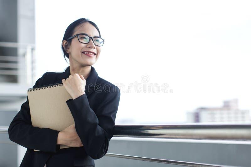 Junges asiatisches Geschäftsfrau-Abnutzungsanzugs-Holdingdateidokument lizenzfreies stockbild
