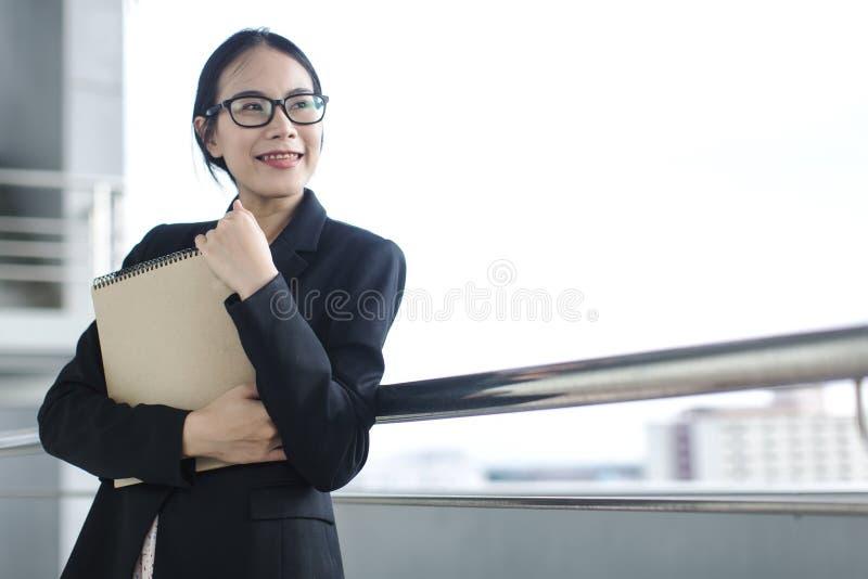 Junges asiatisches Geschäftsfrau-Abnutzungsanzugs-Holdingdateidokument lizenzfreie stockfotos
