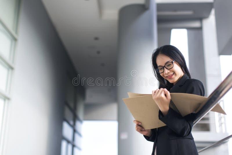 Junges asiatisches Geschäftsfrau-Abnutzungsanzugs-Holdingdateidokument stockbilder