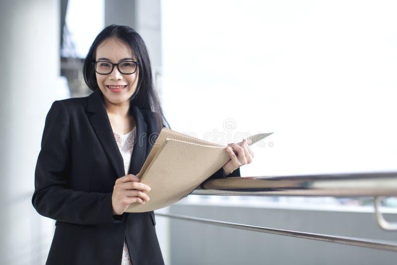Junges asiatisches Geschäftsfrau-Abnutzungsanzugs-Holdingdateidokument, lizenzfreie stockbilder
