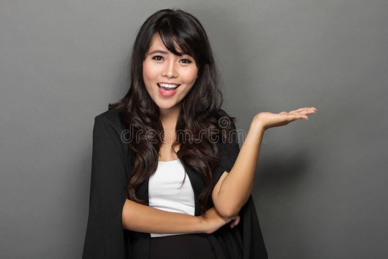 Junges asiatisches Geschäftsfrau Smile-Darstellen stockfotos
