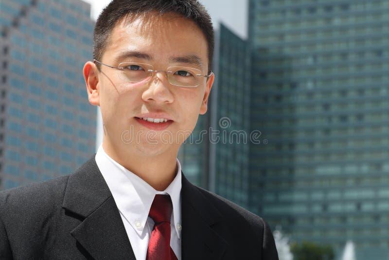 Junges asiatisches Leitprogramm vor Bürohaus lizenzfreies stockbild