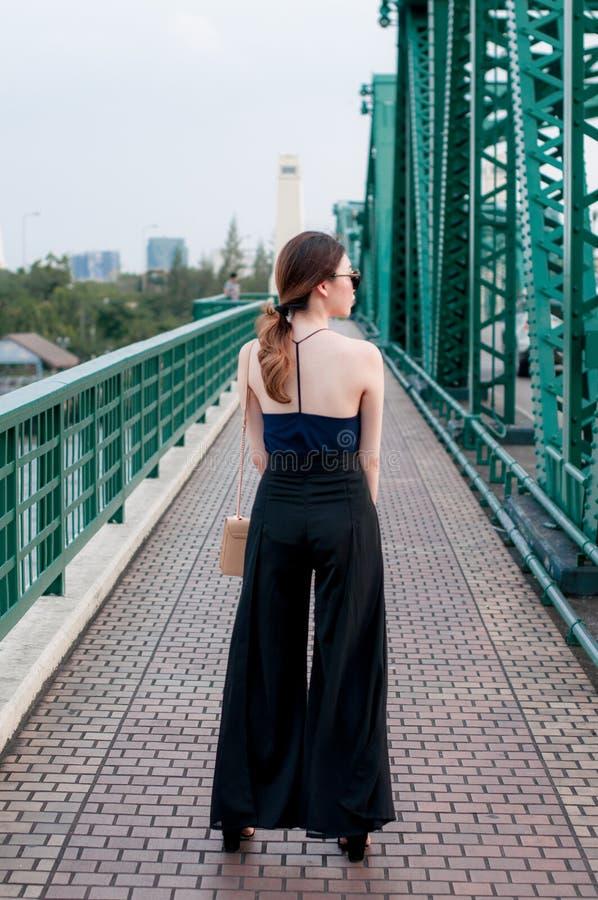 Junges asiatisches Mädchen auf der Brücke lizenzfreie stockfotos