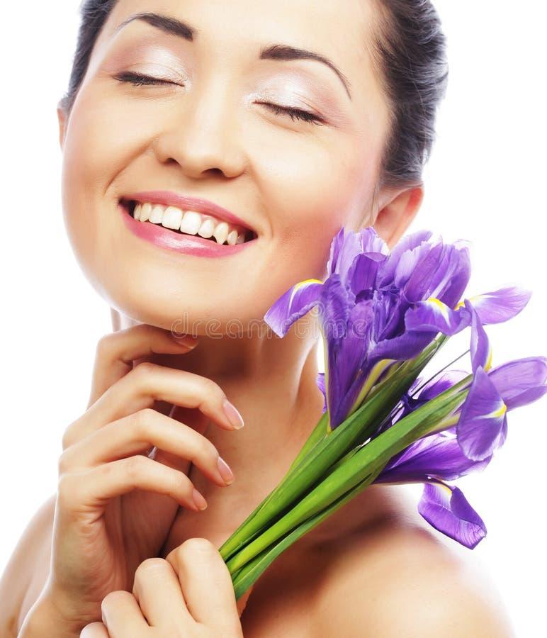Junges asiatisches Modell mit Irisblumen stockbild